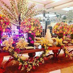 Mesa Império com decoração feita por @florisneiasorocaba e Doces de @leilasavioli #moveismarcialocacoes #alugueldemoveis #mesamadeira #mesadedoces #casamento #realizandosonhos