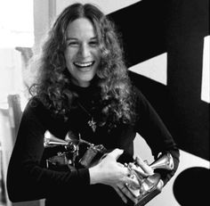 Carole King com seus Grammy's (1972)