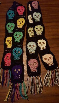 Bufanda de ganchillo hecho a mano colorido del cráneo
