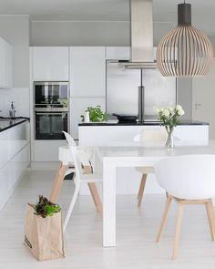Cocina con mesa en blanco