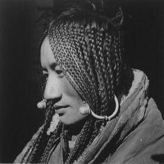 庄学本(1909-1984),中国影像人类学的先驱,纪实摄影大师。于1934至1942年间,在四川、云南、甘肃、青海四省少数民族地区进行了近十年的考察,拍摄了万余张照片,写了近百万字的调查报告、游记以及日记,并于1941年举办西康影展,20万人前去参观。