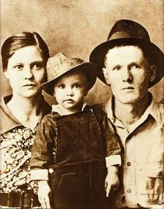 Rock and roll singer Elvis Presley poses for a family portrait with his parents Vernon Presley and Gladys Presley. The family were impoverished Lisa Marie Presley, Priscilla Presley, Elvis Presley Family, Graceland Elvis, Rock And Roll, Rare Pictures, Rare Photos, Beatles, Musica Country