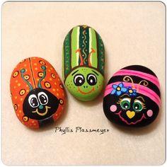 Bugs - painted rocks by phyllis plassmeyer painting rocks painted rocks Pebble Painting, Pebble Art, Stone Painting, Diy Painting, Painted Rocks Craft, Hand Painted Rocks, Painted Stones, Rock Painting Ideas Easy, Rock Painting Designs