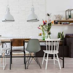 Tough industrial dining table with various dining room chairs - Shopinstijl. Mismatched Dining Chairs, Dining Room Chairs, Dining Table, Table Lamps, Living Room Interior, Home Living Room, Dinner Room, Industrial Dining, Contemporary Home Decor