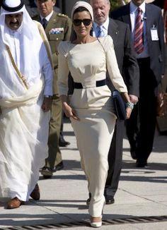 Sheika Mozah bint Nasser Al Missned of Qatar Diva Fashion, Ethnic Fashion, Style Fashion, Arab Celebrities, Celebs, Beautiful Hijab, Beautiful Outfits, Body Hugging Dress, Glamorous Dresses