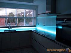Glazen keuken achterwand met blauwe LED-strip aan de onderzijde. #keukenglas #backsplash #splashback #achterwandopmaat #keukenachterwandopmaat #maatwerk #ledlight #LED #keukenwand #keukenachterwand #achterwandglas #backsplashglass #Eindhoven