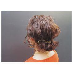 伸ばしかけの髪の毛、あごラインから肩に付くか付かないか…このころが一番やっかいですよね。ブローをしてもハネたりウネったりまとまらなかったり。毎朝イライラしている人も少なくないのではないでしょうか。そんなイライラを解決できる、ヘアアレンジ方法がありますよ。