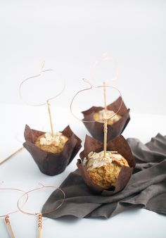 You only need three supplies and 15 minutes to whip up these DIY wire pumpkin cupcake toppers, perfect for decorating your fall baked goods! Halloween Trick Or Treat, Halloween Treats, Halloween Diy, Diy Cake Topper, Cupcake Toppers, Diy Pumpkin, Pumpkin Carving, Pumpkin Cupcakes, Fall Baking