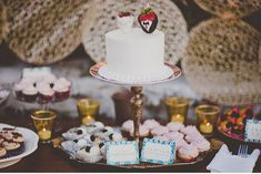 Okay, normally I HATE wedding cake toppers with a passion, but this is actually reeeeeeeeeally classy! DOING THIS!