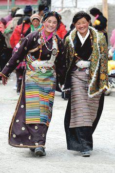 Beautiful Tibetan women in traditional costumes _ Gyönyörű tibeti nők népviseletben