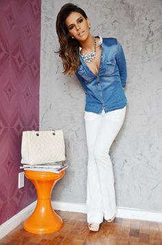 Calça flare com sapatilha da Mariana Rios