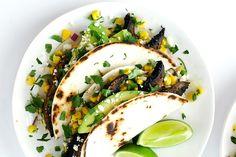 Aaah la Salsa, les Tacos, ça sent bon l'exotisme tout ça ! Du coup on a eu envie de vous proposer une recette un peu différente de celle que l'on retrouve dans les livres de cuisine. 🙂 Ingrédients : 3 grands champignonsPortobello, tiges enlevées 1 cuillère à soupe d'huile d'olive Sel et poivre 1 lot de salsa de maïs 1 paquet Old El Paso petites... Lire l'article