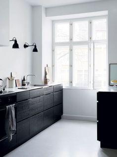 minimal kitchen Seven Kitchen Design Trends That are Here to Stay Nordic Kitchen, Minimal Kitchen, Scandinavian Kitchen, Stylish Kitchen, Kitchen Modern, Scandinavian Interior, Scandinavian Style, Interior Desing, Interior Decorating