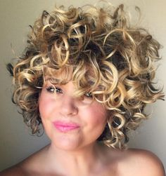 55 Styles and Cuts for Naturally Curly Hair - Meine Frisuren Curly Hair With Bangs, Short Curly Hair, Wavy Hair, New Hair, Short Hair Styles, Wavy Lob, Unordentlicher Bob, Hairstyles With Bangs, Updo Hairstyle