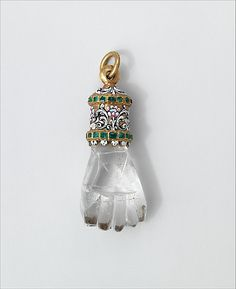 17th century pendant in the shape of a hand, made of rock crystal, gold and emeralds. #AntiqueJewelry #AntiquePendants