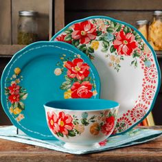 This dinnerware set from Pioneer Woman would be a great Mother's Day gift! The Pioneer Woman Vintage Floral Dinnerware Set - affiliate link Pioneer Woman Dishes, The Pioneer Woman, Pioneer Woman Kitchen, Pioneer Woman Recipes, Pioneer Women, Kitchen Ikea, Kitchen Decor, Teal Kitchen, Pioneer Woman Dinnerware