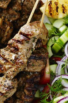 Souvlaki og græsk salat med dild | femina.dk Greek Recipes, Low Carb Recipes, Grilling Recipes, Meal Prep, Recipies, Dinner Recipes, Pork, Food And Drink, Steak