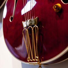 Gibson guitar byrdland? Yes please!!  #gibsonguitars #byrdland #redguitar #musicisourpassion