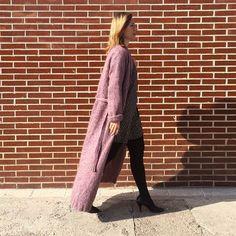 Al primer rayito de sol  hemos aprovechado para dejar el plumas en el armario. Qué os parece si lo sustituimos por una cálida chaqueta de lana bien larga? link en bio#postdehoy #wool