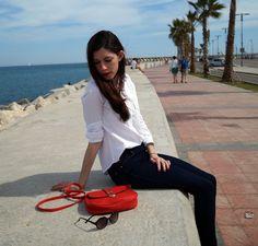 Camisa blanca, jeans y bolso rojo.