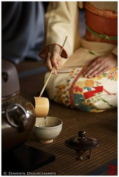 Springtime special opening was this week. Great experience as usual! :-) More pictures of Kyoto (京都). Tea Ceremony Japan, Japanese Tea Ceremony, Japanese Matcha Tea, Memoirs Of A Geisha, Tea Culture, Before Midnight, Photos Of Women, Japanese Culture, Ladies Day