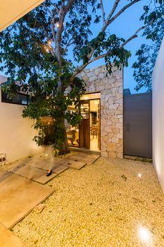 Acceso Secundario: Puertas de estilo  por Cetina y Ancona Arquitectos