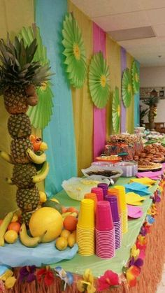 A luau is a traditional Hawaiian party or feast that is usually accompanied by entertainment. Here are some gorgeous decor and serving ideas for such party. Aloha Party, Hawaiian Luau Party, Hawaiian Birthday, Luau Birthday, Tiki Party, Hawaiian Theme, Hawaiin Party Ideas, Hawaiin Theme Party, Beach Party