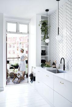 Se hvordan Mette Helena har fått det optimale ut av en liten balkong | Boligpluss.no Kitchen Dining, Dining Room, Double Vanity, Outdoor Spaces, Gallery Wall, Lounge, Interior Design, Retro, Furniture