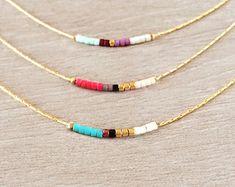 Collier minimaliste composé de perles multicolores sur une fine chaîne dorée à lor fin 1 micron.  Diamètre des perles : 1,6 mm  Choississez la taille souhaitée lors de lajout au panier. La longueur portée par le modèle de la photo est 39 cm