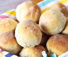 Recept på ett underbart glutenfritt kuvertbröd med mycket smak. Brödet gör du av bland annat linfrön, fänkålsfrön, anisfrön, havremjöl och glutenfri mjölmix. Gott att servera som tillbehör till middagen.