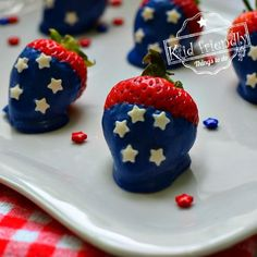 These fun Patriotic Strawberries are perfect for Fourth of July, Memorial Day and Labor Day picnics. Easy to make and fun to decorate with the kids. Chocolate Drip, Chocolate Coating, Homemade Chocolate, Melting Chocolate, Rainbow Desserts, Kid Desserts, Fourth Of July Food, July 4th, Blackberry Syrup