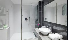Hotel Wieringermeer | Standaardkamer. Toegepaste tegels ; line antracita, pearls white, artica van Venis, op de vloer de Oxford Acero van Porcelanosa