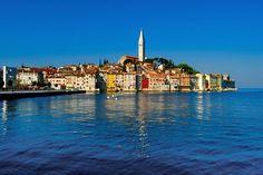Kroatien  Rovinj ist eine der schönsten Küstenstädte in Istrien. Kroatien-Urlauber sollten dem 14000-Einwohner-Ort unbedingt einen Besuch abstatten. Das Highlight von Rovinj ist die Altstadt. Sie wurde auf einer kleinen Insel erbaut, die später mit dem Festland verbunden wurde. Wer die engen Gassen durchstreift, entdeckt zahlreiche Cafés, Bars und Künstlerateliers. Aber auch an den vielen Stränden in der Umgebung fühlt man sich bestimmt pudelwohl. (Bild: ddp images)