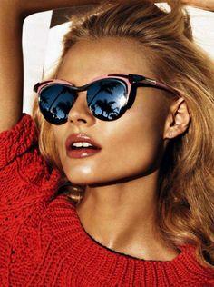 Magdalena Frackowiak esibisce i suoi occhiali specchiati. La California negli occhi!