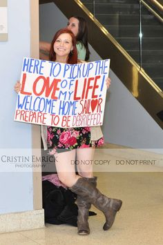 If you have a loved one who will soon return from deployment make sure to check out this collection of military homecoming signs and ideas for the big day! Military Girlfriend, Military Love, Military Couples, Way Of Life, The Life, Military Homecoming Signs, Military Signs, Homecoming Ideas, Military Deployment