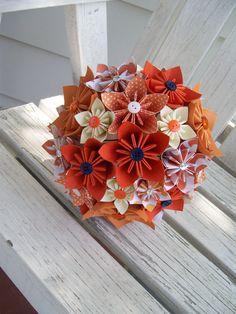 Automne mariage papier Bouquet de mariée Fleur - Kusudama    À ordre Origami Bridal Bouquet ce bouquet de mariée est juste un exemple dun bouquet de fleurs de papier de grand format moyen. Il a des fleurs à la main en 3 tailles différentes. Votre bouquet serait fait dans vos couleurs !    **************************************************************************************    Les bouquets sont créés à la main pliage fleurs en 3 dimensions différentes. Chaque fleur est composée de 5 pétales…