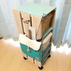 DIYにハマるにつれ、増えていく工具や材料… ダイソーの蓋つきカラーBOXに入れていましたが、まとめて移動できてスッキリ収まる棚が欲しいなぁ〜と思い始め、作ってみました! Toy Chest, Storage Chest, Diy And Crafts, Stool, Cabinet, Interior, House, Furniture, Home Decor