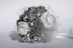Greta. Bouquet con rose in diversi punti di bianco e argento. Raffinato, importante e dinamico con tessuti e texture differenti. Pois in perline di vetro bianche con piccolissime margherite di strass. Perfetto per le nozze d'argento.    #MadameBouquet #LeDiveDelCinema #BouquetCreativo #sposaAlternativa #BouquetAlternativo