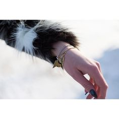 Zastanawiałaś się ile bransoletek da się założyć na jedną rękę?  Dziś proponujemy dwie od @altradea z kolekcji #LOVEME @mateuszsuda. Złoto + srebro, to doskonałe połączenie.  jewellery #jewel #design #bracelet #frozen #snow #winter #mateuszsuda #fashion #moda  #polishdesigner #nails #heart #loveme #fakefur #fur @hm #blackring #love #lightning #wintertime #blogger #shape