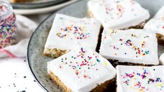 What vegan baking substitutes are there? From plant-based milk to vegan eggs and butter - and even vegan baking substitutes, here's what you need to know. Non Dairy Butter, Vegan Butter, Cake Batter Cookies, Chip Cookies, Vegan Egg Substitute, Angel Food Cake, Vegan Cake, Vegan Chocolate, Cookie Bars