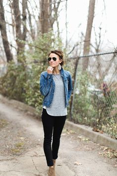 Stiefeletten Schwarze Hose Jeansjacke Graues T-Shirt Lässige Basics Outfi Basic Outfits, Fall Outfits, Cute Outfits, Casual Mom Outfits, Gray Outfits, Sporty Outfits, Stylish Outfits, Vest Outfits For Women, Early Spring Outfits