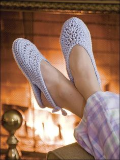 Amazing Crochet Shoes and Slippers Crochet Slipper Pattern, Knitted Slippers, Slipper Socks, Crochet Slippers, Thread Crochet, Easy Crochet, Knit Crochet, Knit Shoes, Sock Shoes
