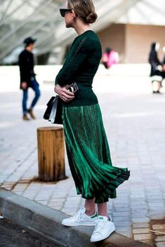 55 Fall Street Style Outfits to Inspire You Komplette Outfits, Skirt Outfits, Fashion Outfits, Fashion Trends, Sneakers Fashion, Fashion 2017, Net Fashion, Fall Outfits, Green Pleated Skirt