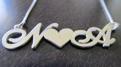 Srebrna verižica z začetnicami zaljubjencev http://bromelia.si/zenski-nakit/ogrlice/ogrlice-z-imenom