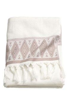 Drap de bain brodé: Drap de bain en coton éponge souple. Modèle avec motif brodé et pompons sur les largeurs.