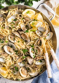 Linguine with Clams (Linguine alle Vongole) is an easy summer pasta dish made with white wine and fresh clams. This clam sauce is perfect for a weeknight dinner or entertaining! dinner pasta Linguine with Clams (Linguine alle Vongole) Clam Recipes, Seafood Recipes, Cooking Recipes, Healthy Recipes, Gourmet Recipes, Gourmet Cooking, Healthy Dishes, Healthy Meals, Clam Pasta