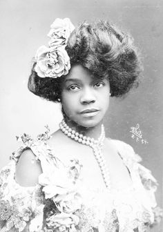 "Aida Overton Walker, also billed as Ada Overton Walker and as ""The Queen of the Cakewalk"", was an Black-American vaudeville performer and wife of vaudevillian George Walker. Vintage Black Glamour, Look Vintage, Vintage Beauty, Vintage Makeup, Vintage Hats, Women In History, Black History, Kings & Queens, 3 4 Face"