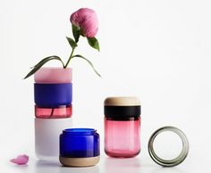 Designer finlandaise, Maija Puoskari a collaboré avec le designer graphique Tuukka Tujula pour réaliser cette collection de petits vases en verre, intitulée Pino-Pino. Lorsque l'on reçoit des fleurs, on a souvent des vases qui ne sont pas adaptés (forme, couleur, taille). Avec Pino-Pino, plus de problème, les récipients sont modulables et interchangeables. Cela permet de choisir la bonne couleur et la bonne hauteur. On notera que ces vases sont faits pour une ou quelques fleurs, pas plus.
