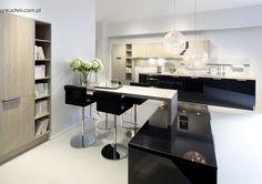 Studio Esse JASNA KUCHNIA Biała kuchnia z akcentami czerni i beżu to stylowa, minimalistyczna a zarazem funkcjonalna aranżacja wnętrza w nowoczesnym wydaniu.