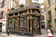 Located on St Andrews Hill, London The pub was built in the and refers to a time when Cock-Fighting was a popular sport. Apparently the last legal cock-fight was held here around London Pubs, Old London, Beautiful Buildings, Beautiful Places, British Pub, Old Pub, Old Buildings, London Travel, Exterior Design